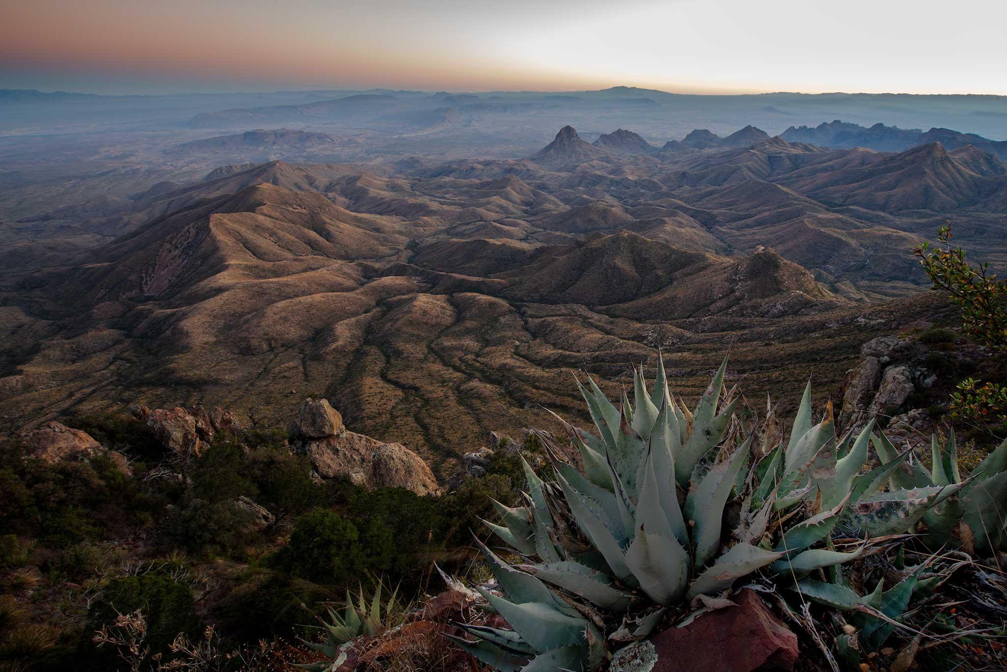 Obra de Pablo Fregoso, fotografo de paisaje mexicano. Desierto de chihuahua desde las montañas chisos en big bend national park texas